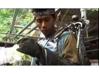 印尼焊接工中風癱瘓 自製腦波控制機械手臂被當成騙子