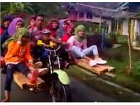 無極限!印尼騎士創意無限 一輛機車坐9人