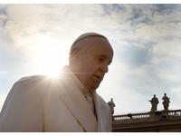 方濟各訪希臘難民「你們不孤單」 將帶12人回梵蒂岡