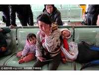 年輕媽媽帶兩孩子買車票 血汗錢被騙光難過痛哭