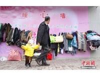 仿效伊朗人善舉!廣西也有「暖心牆」 厚衣捐贈踴躍