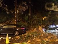 基隆安一路凌晨大片土石坍方 2車遭砸變形續封路清運