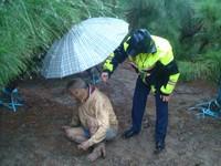 6旬老翁大雨中呆坐泥巴堆 苗栗暖警急幫撐傘!