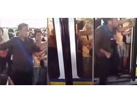 歐賣尬!男搭地鐵擠進車廂 「那話兒」被車門夾住