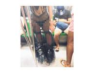 前衛女穿透視裝搭地鐵 黑色內衣褲和曼妙身材全被看光