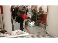 誤闖地鐵變超萌列車長 浣熊翻乘客包包:我在驗票哦!
