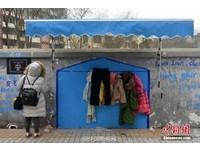 牆上藍色小屋有驚喜 成都牛王廟「友善之牆」衣物任取