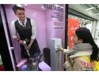 南京街頭出現真人鮮花販賣機 櫥窗裡的他帥到不科學阿