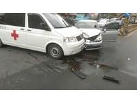 快訊/淡水轎車撞救護車 自小客引擎蓋翻起駕駛送醫