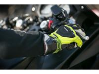 騎機車戴安全帽就夠?法國沒戴手套要罰2300元