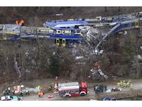 調度員玩手機亂給信號 德國火車時速100公里對撞11死