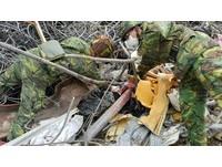 「這是他們珍貴的回憶!」 國軍助維冠災民碎物分類