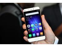 MWC 2016/小米手機5 黑、白款外觀動眼看