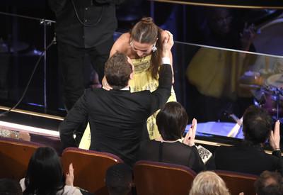 奧斯卡/艾莉西亞領獎忘謝男友萬磁王 台下送熱吻補償