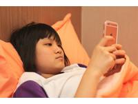 一直玩手機容易得「散光」? 醫:那天生的啦!