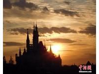 月薪僅1.5萬!上海迪士尼徵才 得排3hr搶「夢幻工作」