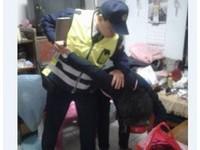 女失控拿菜刀作勢砍家人 龍潭警空手奪刀阻悲劇