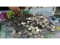 存5000元「硬幣」買iPhone給女友 店員囧:他說付現
