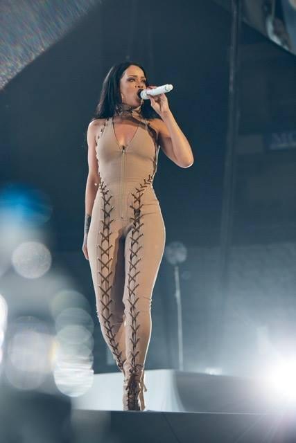 隨手亂cue…粉絲竟完美飆高音 蕾哈娜台上瞪眼聽呆