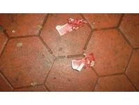 路邊現「紅色布包」還裝百元鈔 這個男人勇敢撿了
