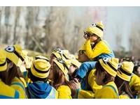 變身小小兵!日本路跑趴踢 萬人「一片黃」壓軸在札幌