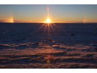 罕見極地奇景「幻日」出現3個太陽 轉過身又看見月亮