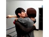 後台直擊/《中國好聲音》金志文手下台遭美眉激烈擁吻
