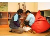 「狗書僮」陪看書 新莊裕民圖書館「學習輔助犬」伴讀