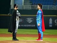 黃偉晟披超人披風笑場開球 「神秘」蝙蝠俠鬍渣露餡