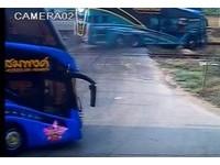泰國遊覽車平交道上突熄火 下一秒...3亡20傷!