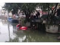 12歲兒把車開進河裡 機車騎士跳水救他上岸立馬暈倒