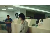 台南土地銀行驚傳女持刀搶劫 30秒被保全制伏