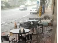 大雷雨「用倒的」! 台中沙鹿馬路淹水驚見湧泉