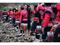 廣西瑤寨慶首屆「長髮節」 200紅瑤女河邊齊梳髮