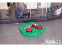 可憐的麥當勞叔叔被警察抓走 雙腳被扯斷還黏在原地