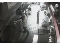 「漢堡神偷」出沒!怪男潛入店不偷錢 卻煎漢堡填肚子