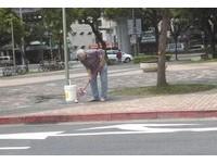 老伯認真刷毛小孩尿尿過的地方 網:希望狗主人能看看