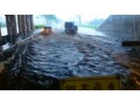 「騎車過去就完了!」嘉義、台南豪雨狂甩路面一片淹水