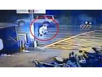 白車違規迴轉!實踐男大生被撞才爬起 又被撞飛亡畫面曝光