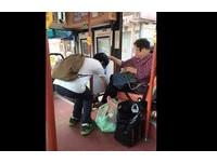 阿嬤行動不便...暖心乘客彎腰幫忙繫鞋 獲網友大讚!