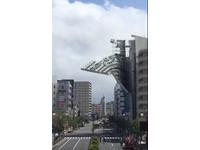 日本多地強風釀2死50傷 大樓外遮板整片被吹落一地
