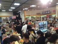 日本人用「爆買」支持熊本!銀座熊本館塞滿搶購土產客