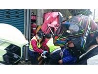 五股大貨車自撞電線桿 車頭被撞扁全毀、駕駛送醫