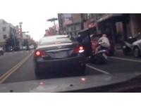 「三寶到副駕駛還是三寶」 她突開車門撞倒女騎士