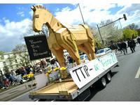 歐巴馬訪德! 3萬人諷「TTIP」是美國特洛伊木馬