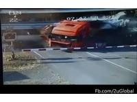 「平交道柵欄有股魔力」? 卡車煞住停原地被火車斷頭