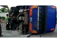 陸客遊覽車國道撞砂石車翻覆 台籍駕駛亡26人輕重傷