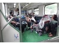 父母推嬰兒車在火車上熟睡 列車長「一個舉動」太暖心!