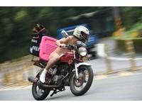 狂!北宜公路驚見全裸騎士 「回頭是岸」置物箱有亮點