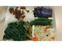 美濃這個便當滿滿配菜只要25元 網:台北燙青菜就30了